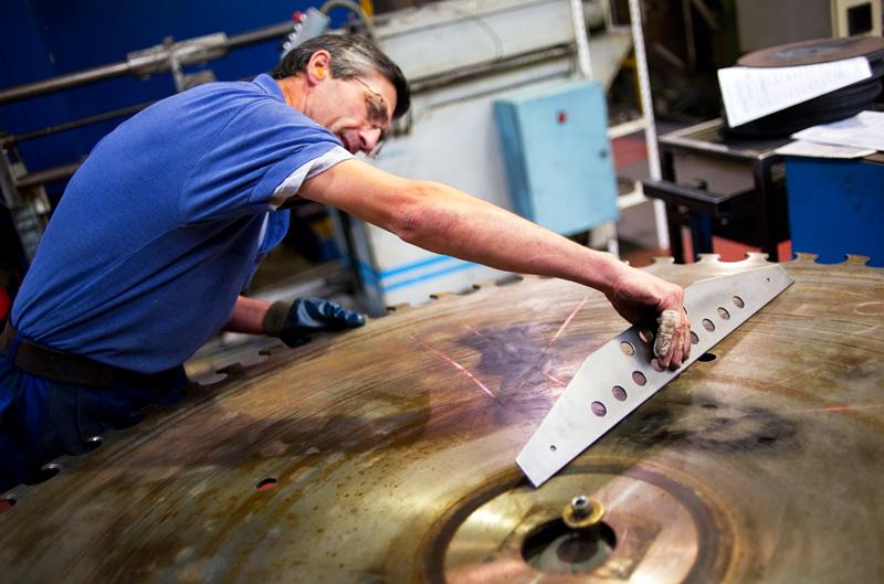 Ouvrier. Fabrication de lames de scies industrielles, planage, rectification, affutage, taillage des lames. metallurgie